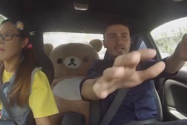 Επαγγελματίας οδηγός μεταμφιέζεται σε μαθήτρια και τρελαίνει τους εκπαιδευτές της.
