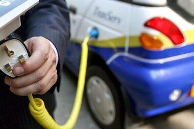 Τα ηλεκτρικά αυτοκίνητα ήρθαν στην Ελλάδα αλλά δεν υπάρχουν σημεία φόρτισης