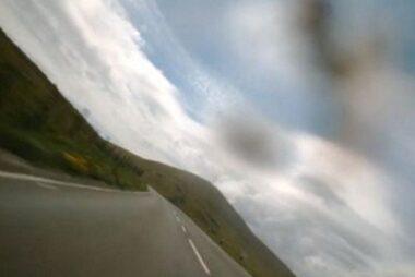 Καμέρα σε κράνος καταγράφει: Τρέχοντας με ιλιγγιώδη ταχύτητα στην πιο επικίνδυνη πίστα μοτοσικλέτας του κόσμου [video]