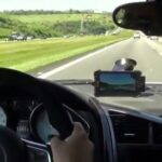 Τρελή κόντρα αυτοκινήτου με δύο μηχανές... [video]